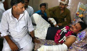 Vụ máy bay lao xuống khu dân cư ở Pakistan: Tìm thấy hộp đen, 2 hành khách sống sót