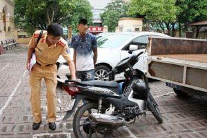 'Diễn xiếc' với mô tô bằng chân, quái xế bị phạt hơn 9 triệu đồng