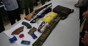 2 thanh niên ôm súng AK 'áp tải' 15.000 viên ma túy tổng hợp