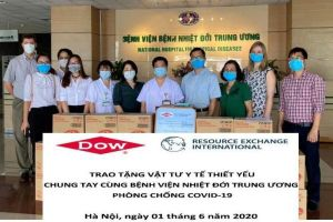 Trao tặng vật tư y tế phòng chống COVID-19 cho BV Bệnh Nhiệt đới TW và BVĐK Đồng Nai