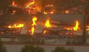 Hỏa hoạn dữ dội thiêu rụi kho hàng khổng lồ