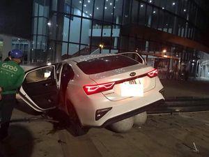 Gây tai nạn, ô tô đâm thẳng vào khuôn viên tòa nhà hành chính Đà Nẵng