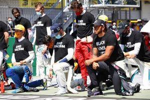 Các tay đua F1 ủng hộ chống phân biệt chủng tộc ở chặng đua mở màn mùa giải