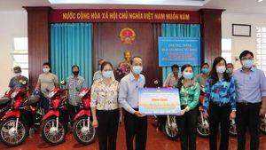 TP HCM: Trao tặng phương tiện sinh kế hỗ trợ các gia đình khó khăn