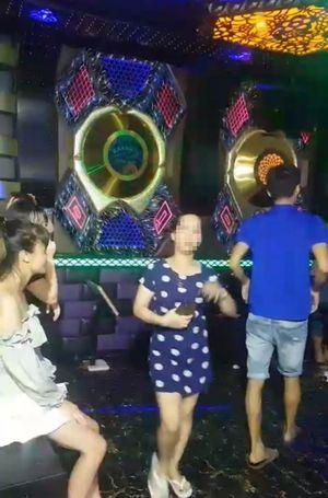 Bất chấp lệnh cấm, quán karaoke vẫn tổ chức cho khách hát giữa mùa dịch