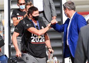 Nghi thức phun vòi rồng đón Bayern Munich trở về
