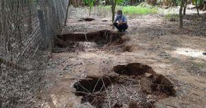 Hàng loạt hố sụt lún xuất hiện bất thường trong vườn nhà dân