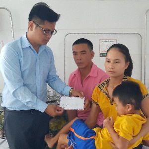 Báo PNVN thăm và tặng quà bé trai 7 tuổi ở Hà Tĩnh bị xe tông nguy kịch