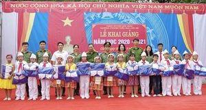 Công an Hà Giang tặng quà học sinh nhân dịp khai giảng
