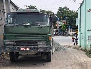Xe tải gắn biển số giả quân đội, đổ đá xuống đường ngăn CSGT