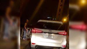 Mặc biển cấm, ô tô thản nhiên chạy trên cầu Long Biên