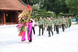 Thứ trưởng Bùi Văn Nam dâng hoa, dâng hương tại Khu di tích Kim Liên