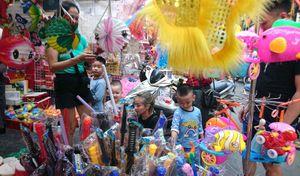Thị trường đồ chơi Trung thu tràn ngập sản phẩm làm bằng nhựa