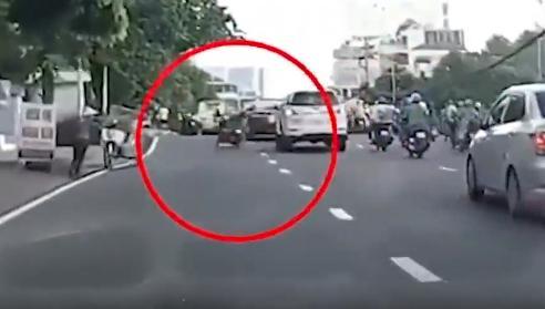 Clip: Nam thanh niên đi xe máy lạng lách, vượt ẩu nhận 'cái kết đắng'