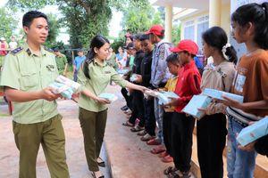 QLTT Đắk Lắk trao quà cho trẻ em dịp Tết Trung thu