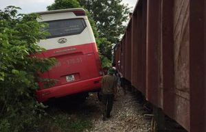 Sẽ rà soát quy trình và kiểm điểm các khâu sau vụ ô tô chở học sinh va chạm với tàu hỏa