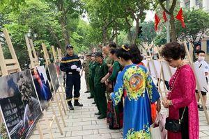 Triển lãm ảnh và tuyên truyền PCCC tại tuyến phố đi bộ hồ Hoàn Kiếm