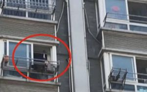 Hốt hoảng những người khỏa thân trèo ra ngoài cửa sổ tẩu thoát, nguyên nhân đằng sau mới thật bất ngờ