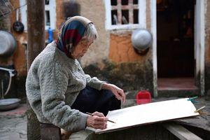'Đi giữa hai thế kỷ', triển lãm cá nhân đầu tiên của nữ họa sĩ Mộng Bích ở tuổi 90