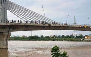 Thiếu nữ 16 tuổi ở Thái Bình trèo qua lan can cầu rồi gieo mình xuống sông mất tích