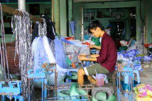 Con nước lên, làng nghề sản xuất ngư cụ tất bật sản xuất