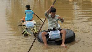 Tổ tình nguyện chia cơm nước, trẻ em dùng bè chuối đi nhận tiếp tế