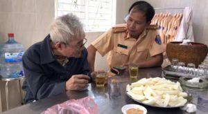 Cụ ông 87 tuổi đãng trí đi lạc trên cao tốc được Đội CSGT số 11 đưa về nhà