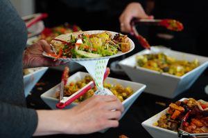 Nhà hàng trên thế giới phạt khách lãng phí đồ ăn thế nào?