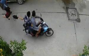 Clip: Bị 2 tên phóng xe qua giật túi xách, người phụ nữ ngã đập mặt xuống đường