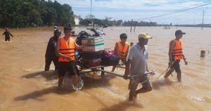 Quảng Trị: Lũ 'bủa vây' trở lại, dân bì bõm lội nước, di chuyển bằng thuyền