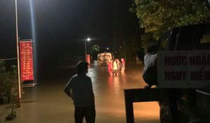 Bất chấp cảnh báo, xe buýt vẫn đi vào đường ngập sâu, suýt bị cuốn trôi