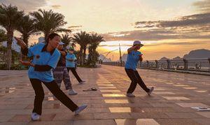 Tập thể dục trên tuyến đường ven di sản vịnh Hạ Long