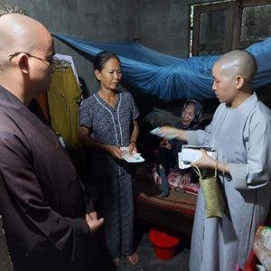 Trao quà đến đồng bào bị lũ lụt, bệnh nhân thận