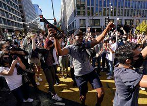 Dân Mỹ bật champagne ăn mừng Tổng thống mới