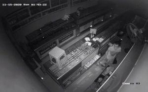 Trộm đột nhập bằng cách cậy mái tôn, lấy hàng nghìn trang sức trị giá hơn 1 tỷ đồng