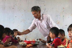 Câu chuyện cảm động về những thầy cô góp gạo nuôi học trò nghèo