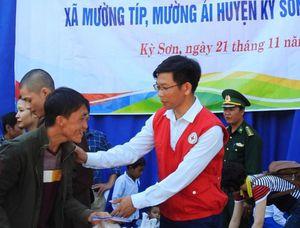 Trao 460 triệu đồng hỗ trợ người nghèo xã Mường Típ, Mường Ải (Kỳ Sơn)