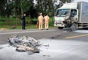 Xe máy bốc cháy sau tai nạn, một người tử vong
