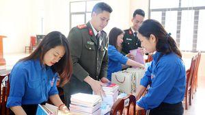 Xây dựng 'Tủ sách Tri thức' và trao quà cho học sinh nghèo vượt khó ở Bình Liêu
