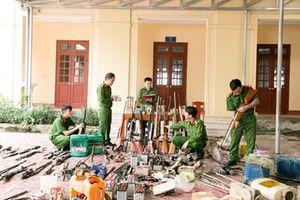 Thu hồi hàng trăm loại vũ khí, pháo, công cụ hỗ trợ ở huyện miền núi Hà Tĩnh