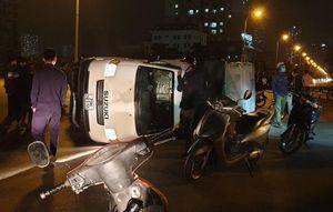 Ôtô tải bị lật sau va chạm với xe cứu thương