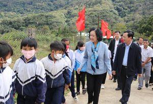 Trưởng Ban Dân vận Trung ương thăm các điểm trường khó khăn của tỉnh Kon Tum