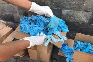 Thành phố Hồ Chí Minh: Phát hiện 1.070 thùng chứa găng tay y tế đã qua sử dụng