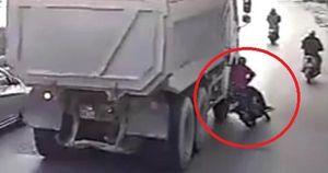 Tai nạn thương tâm: Người phụ nữ bị bánh xe ô tô tải chèn tử vong