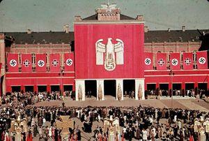 Sốc với cách chính quyền trùm phát xít Hitler phô trương quyền lực