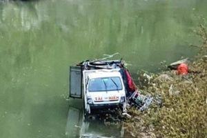 Tài xế ngủ gật, ôtô chở 3 người lao xuống sông