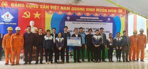 Điện lực TPHCM trao 100 bộ máy tính cho các trường vùng lũ ở Quảng Bình