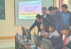 EVNHCMC trao tặng 100 bộ máy tính cho các trường học tại Quảng Bình