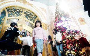 Phụ huynh và trẻ nhỏ Thủ đô hào hứng đi chơi Noel trong thời tiết giá lạnh