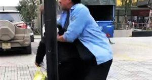 Ngăn khách lên 'xe buýt dù', nam thanh niên bị đánh túi bụi